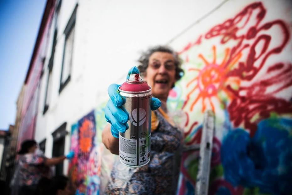 Бабушка рисует граффити