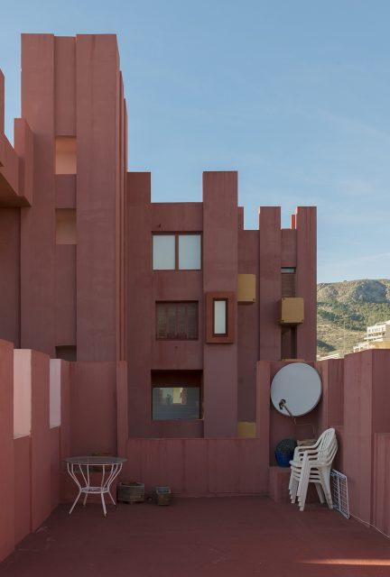 architect-ricardo-bofills-la-muralla-roja