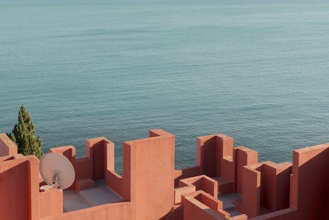 architect-ricardo-bofills-la-muralla-roja-photography-andres-gallardo-albajar